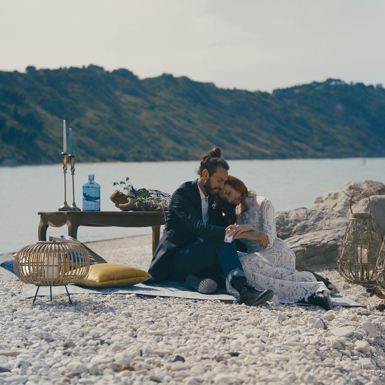 sposi in matrimonio civile in spiaggia